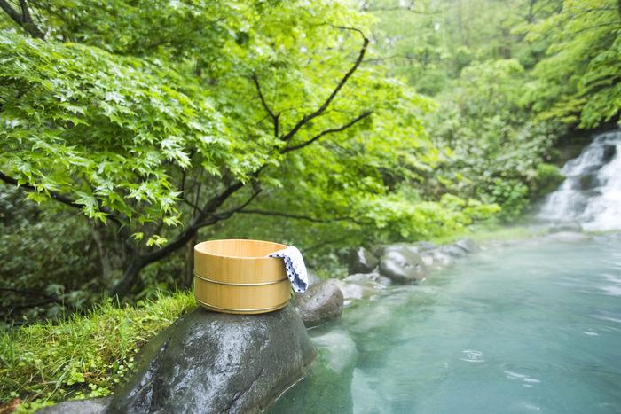 岩場に置かれた温泉桶