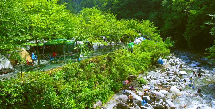 川沿いにテントが並んでいる