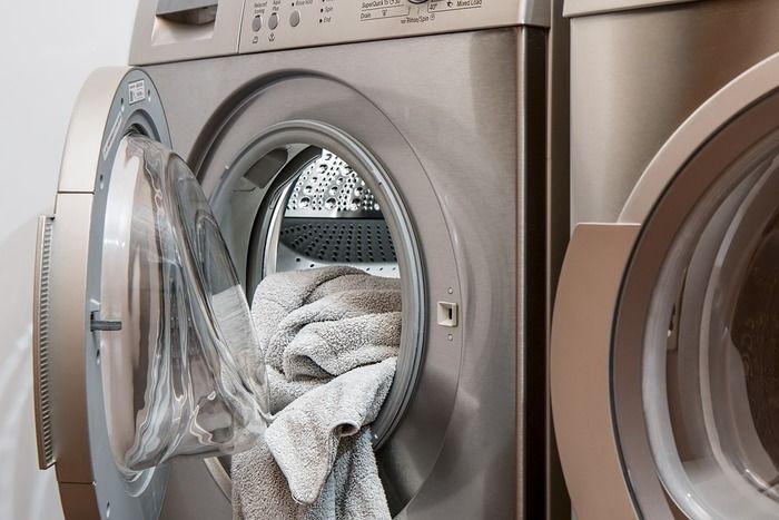 洗濯機からはみ出している衣類