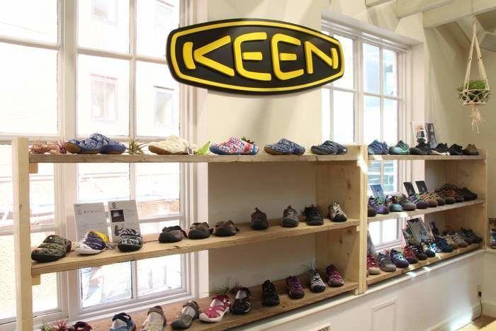 KEENの店の内観とロゴ