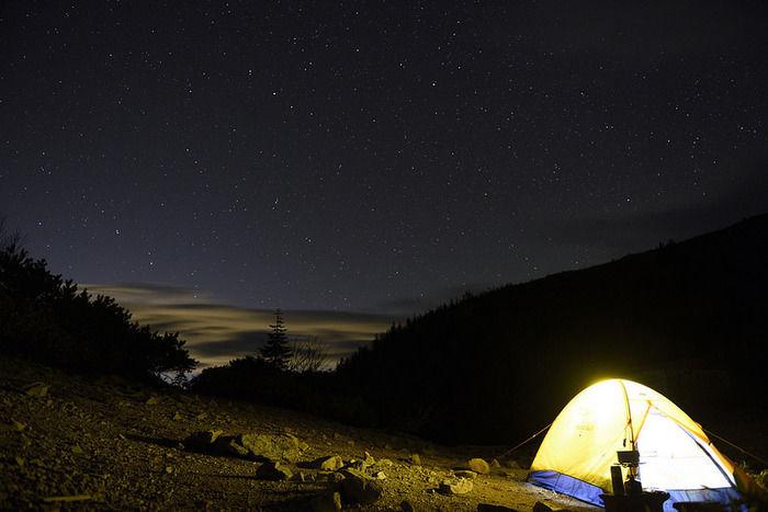 夜に明るく照らされたテント