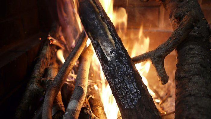 木を入れて火を燃やす様子