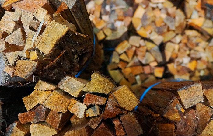 まとめられたたくさんの焚き木