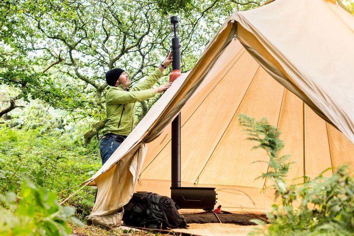 コットンテントにアネヴェイの薪ストーブを設営している様子