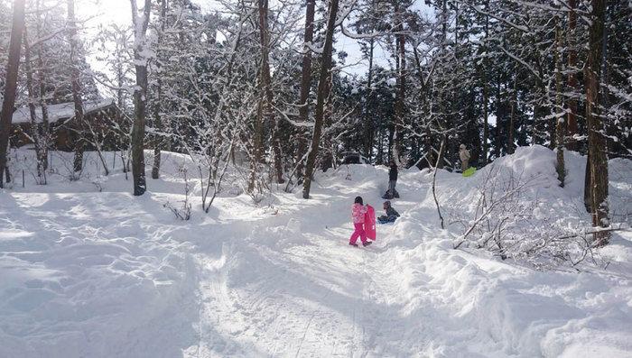 雪道で遊ぶ子供達