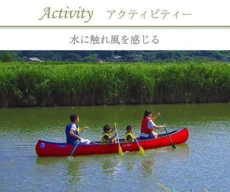 水辺でカヌー