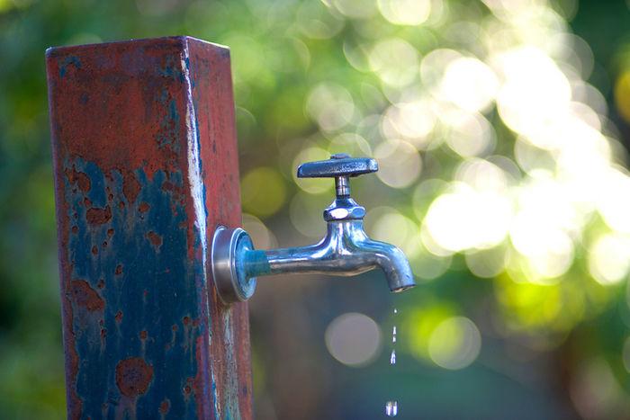 水滴が出ている水道