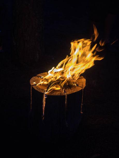 スウェーデントーチの切り込みから炎が燃え上がる様子