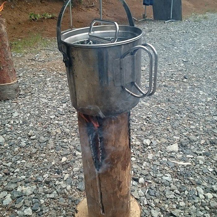 鍋を丸太の上に起置いて調理する様子