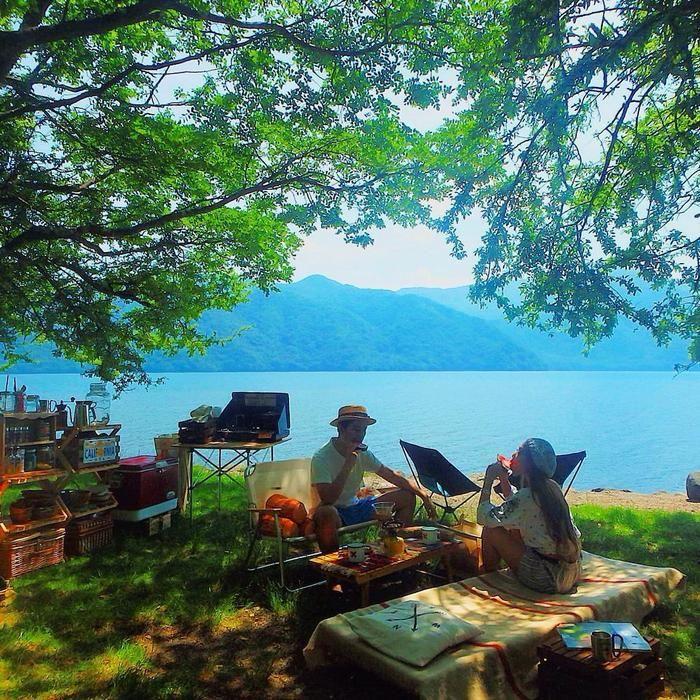 湖のほとりでキャンプをする人たち
