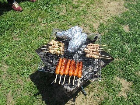 鶏肉やウインナー、ホイル焼きをBBQしている様子