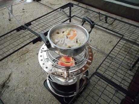 屋外で鍋を作っている様子
