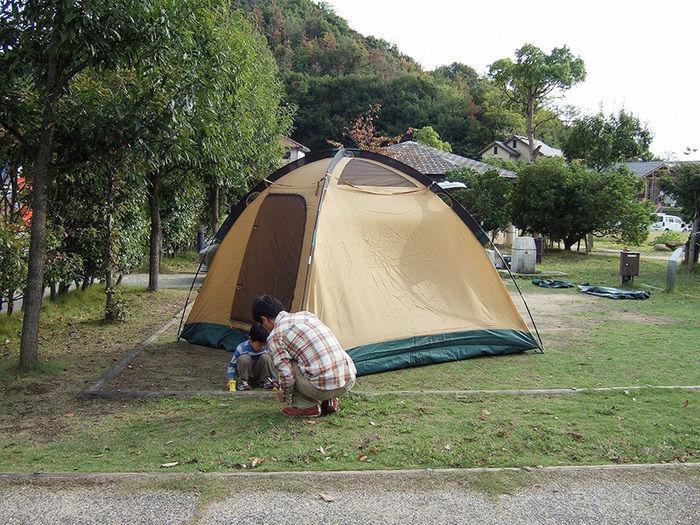 尾道市マリン・ユース・センターでテントを設営する親子
