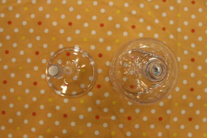 グラスの脚とカップ部分を分離させた様子