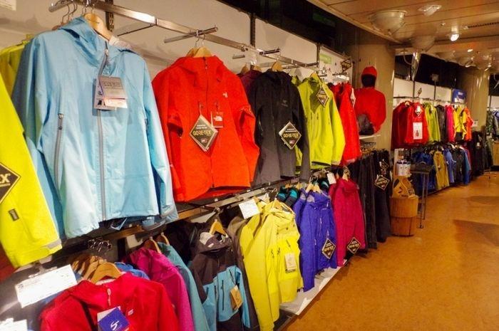 カモシカスポーツ 山の店・横浜店に並ぶアウター