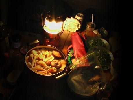 ランタンの灯りに照らされた料理