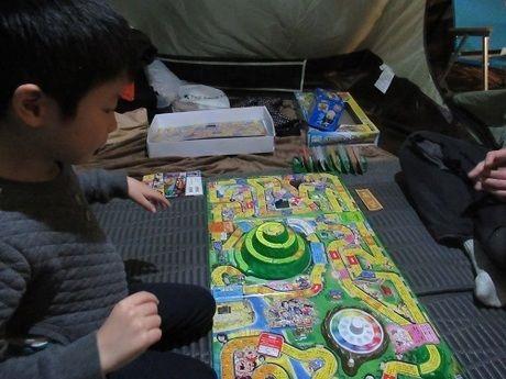 テント内でゲームするファミリー