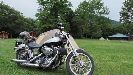 芝生の上のテントとバイク