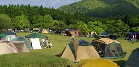 オートキャンプ森のかわなべでキャンプを楽しむ人々