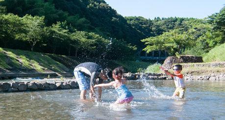岩屋公園キャンプ場 水遊びをする親子