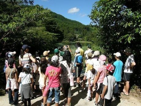 池の山キャンプ場を散策する人々