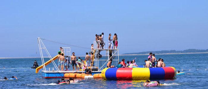 能古島キャンプ村・海水浴場で遊ぶ人々