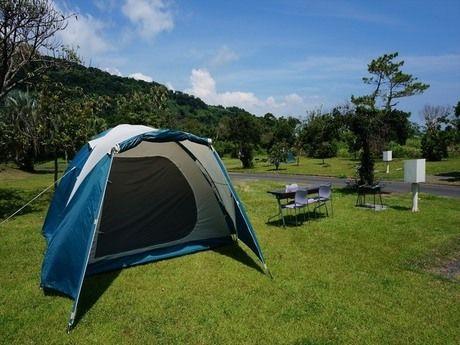 休暇村指宿のエコキャンプ場の芝生のテントサイト