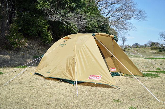 オートキャンプで設営されたコールマンのテント
