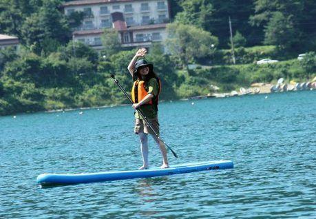 PICA富士西湖でSUPをしている女性