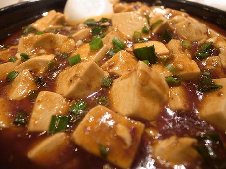 スキレットで調理された麻婆豆腐
