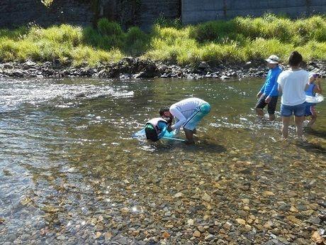川遊びをするファミリー