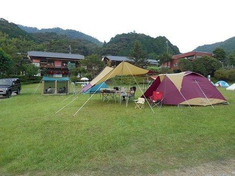 芝生の上に張られたいくつかのテント