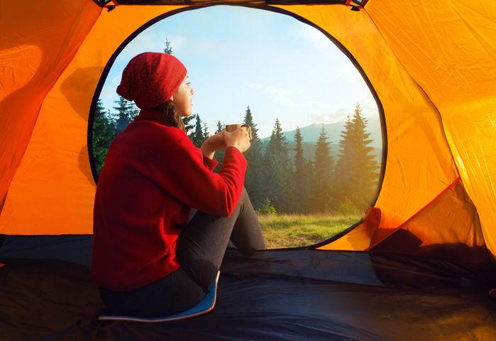 女性が一人テントの中にいる