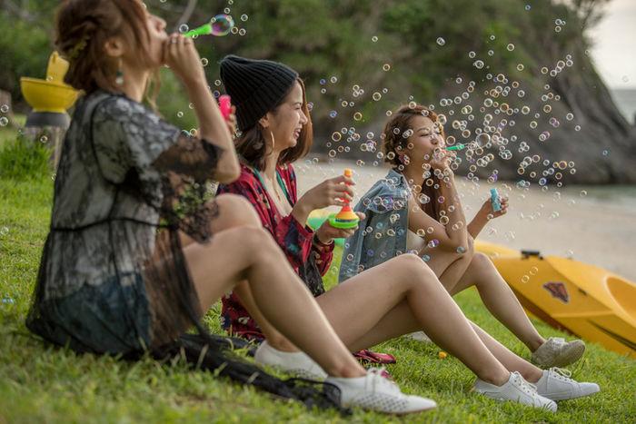 シャボン玉を吹く女性たち