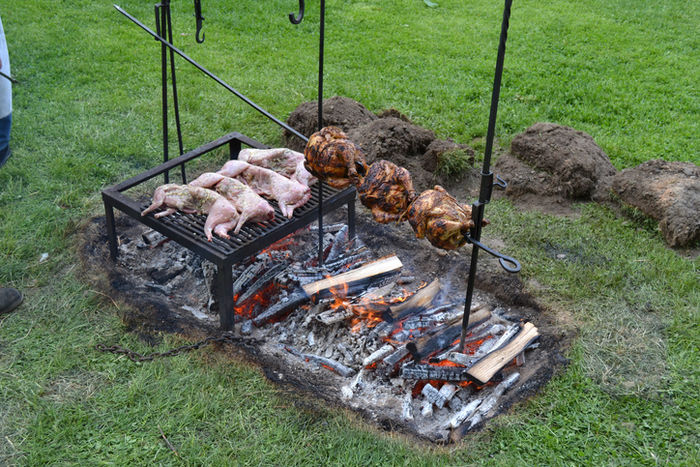 肉や野菜を丸焼きにしている様子