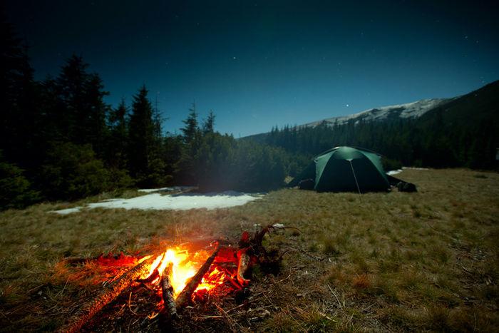 テントとたき火の火