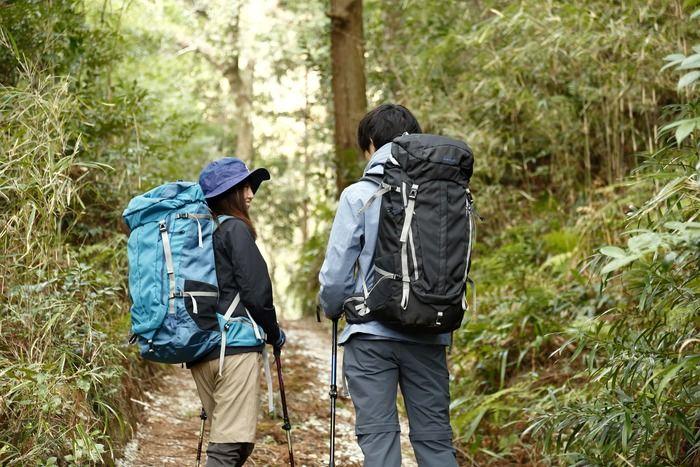 登山するカップルの後姿