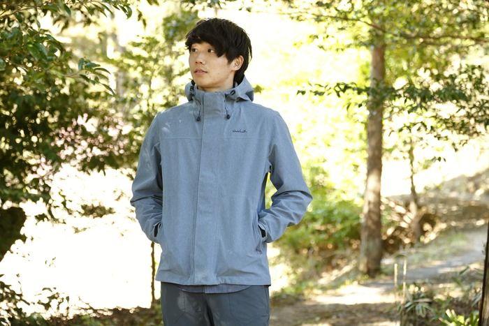 ホールアースのブルーのジャケットを着た男性