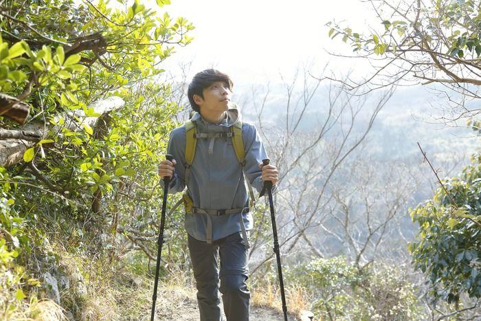 春の登山をする男性