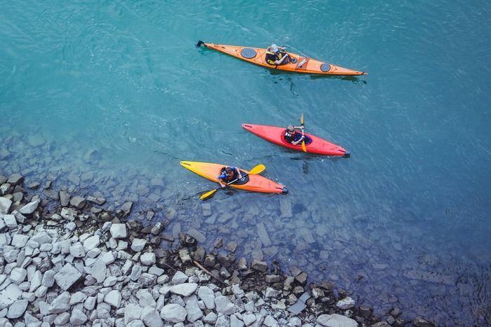 川でカヌーをする人々