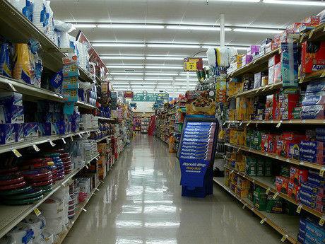 スーパーの日用品エリア