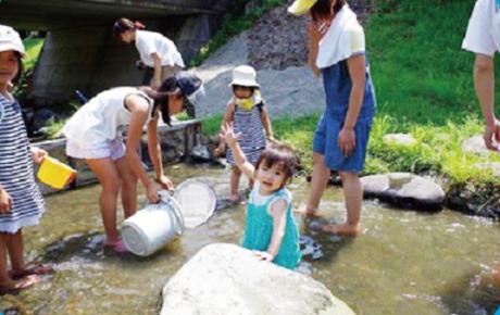 子供たちが川遊びをしている