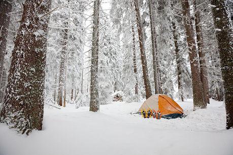 雪の中にテントがある