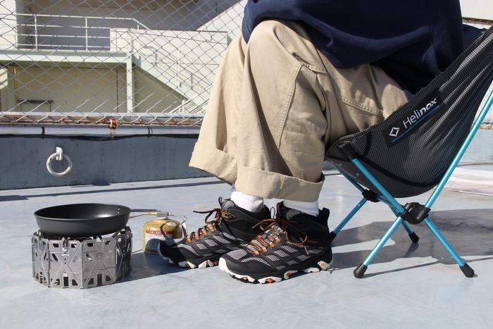 メレル モアブFSTミッドゴアテックスを履いてヘリノックスチェアゼロに座る男性