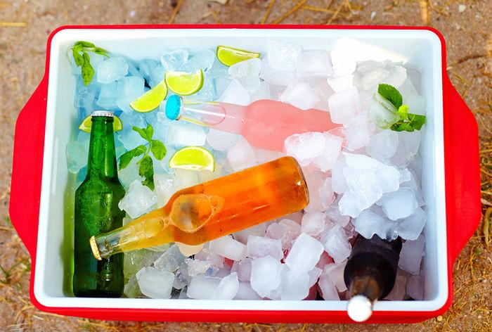 クーラーボックスの氷と飲み物