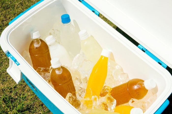 クーラーボックスに氷と飲み物が入っている写真