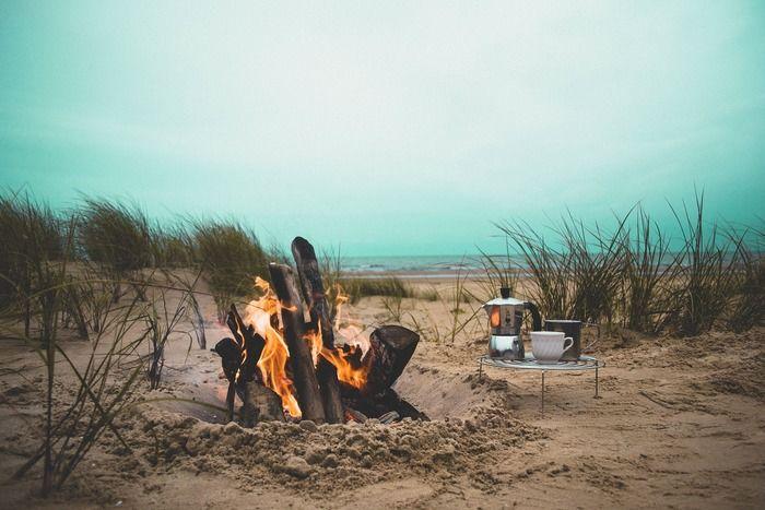 海辺で焚火