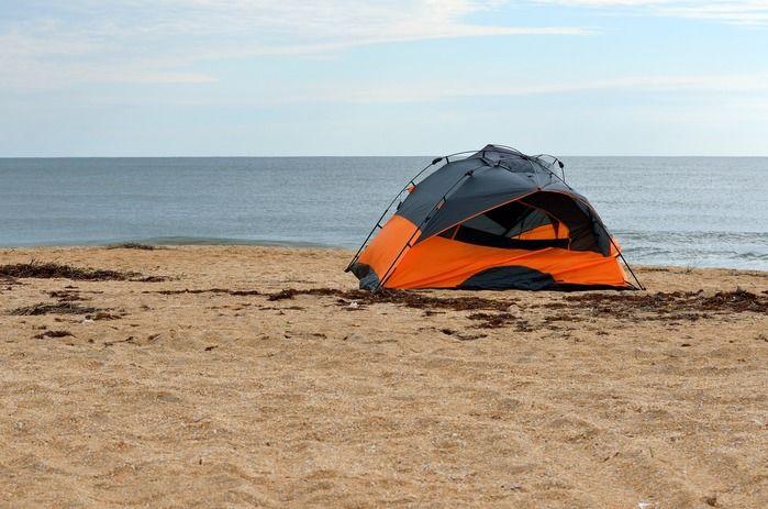 砂浜に張られたテント