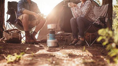 テント前でお茶を飲む男女