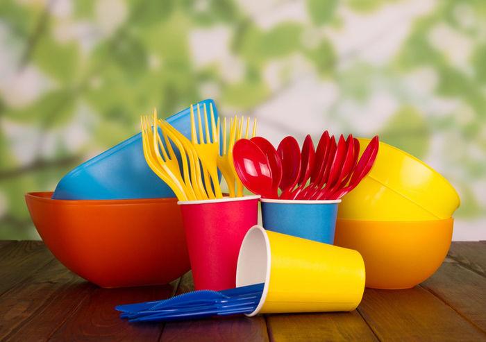 カラフルな紙コップとプラスチックの食器